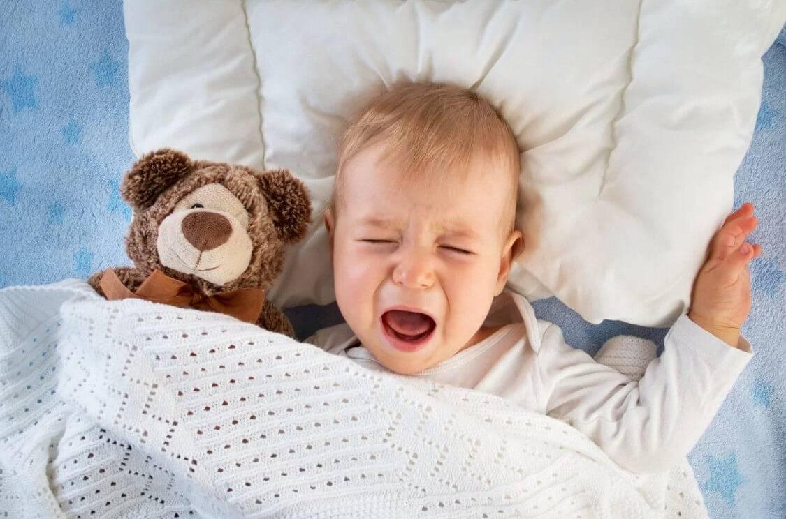 Как приучить новорождённого спать ночью?