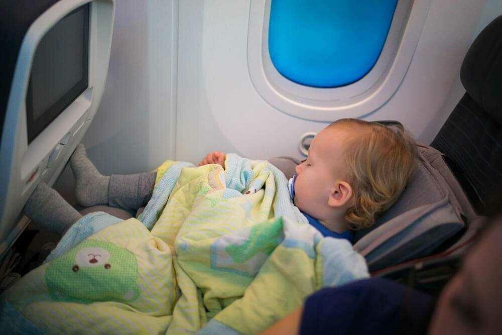 Как лететь в самолете с грудным ребенком | путешествия с малышом