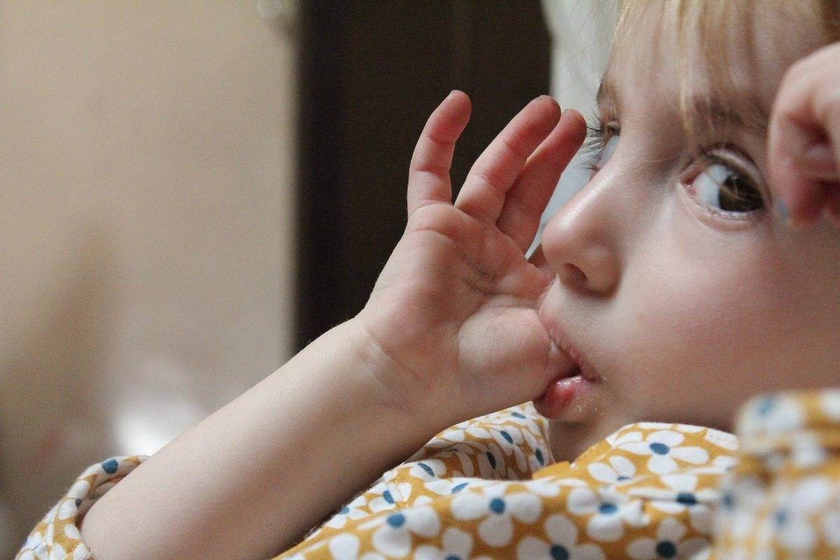 Как отучить ребенка все брать в рот (пальцы, руки, вещи)?