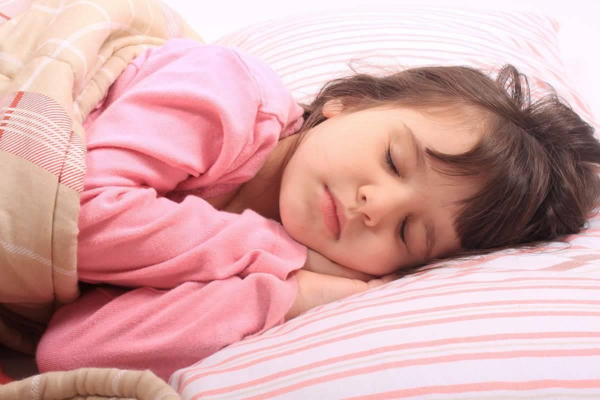 В чем причины того, что ребенок скрипит зубами во сне?