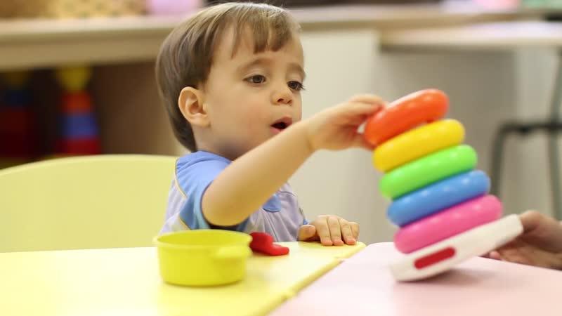 В каком возрасте малыш начинает собирать пирамидку, и как научить ребенка складывать игрушку быстро и правильно? как научить ребенка собирать пирамидку из колец.