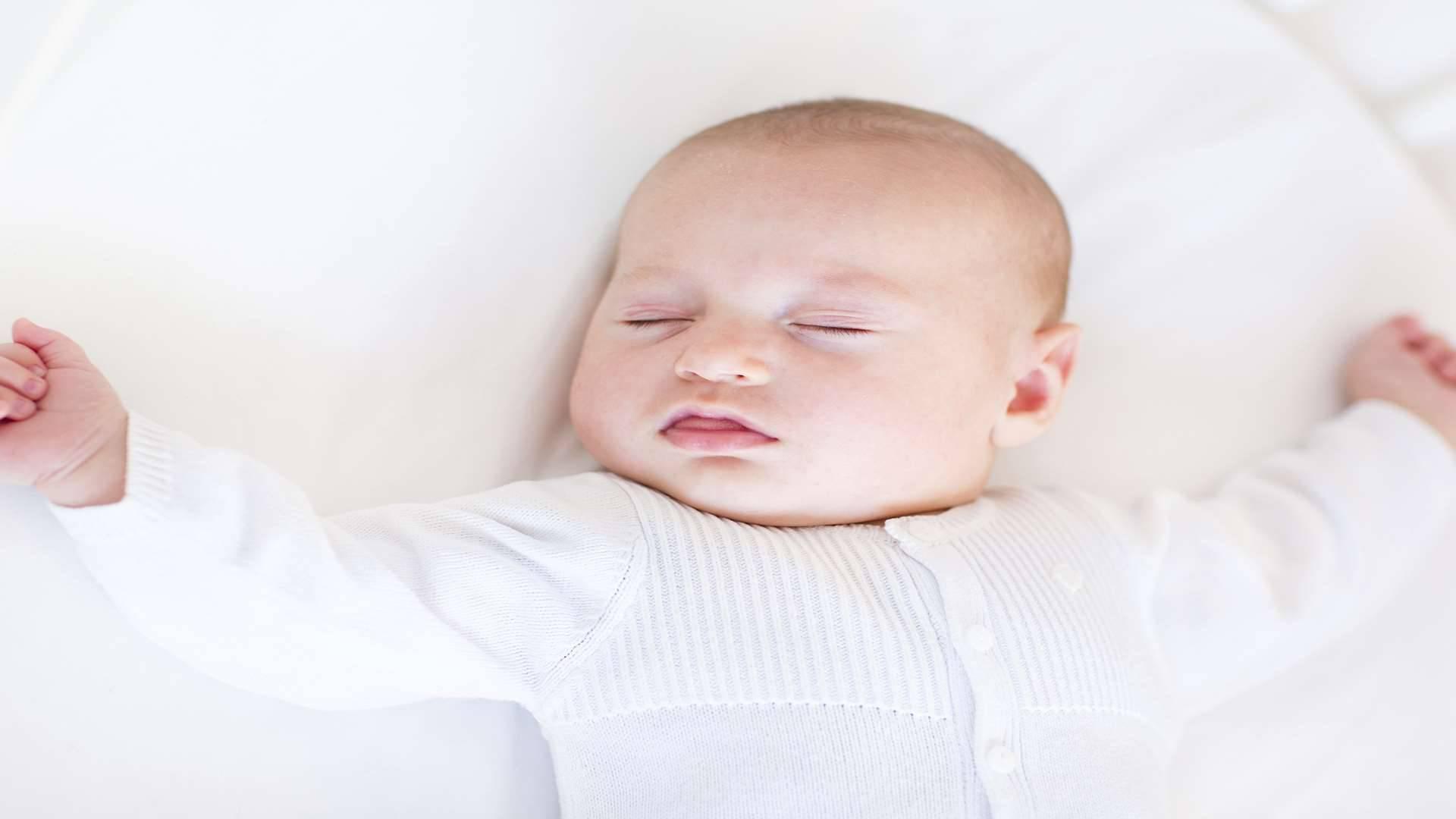 Потеет голова у грудничка во время кормления или сна: причины