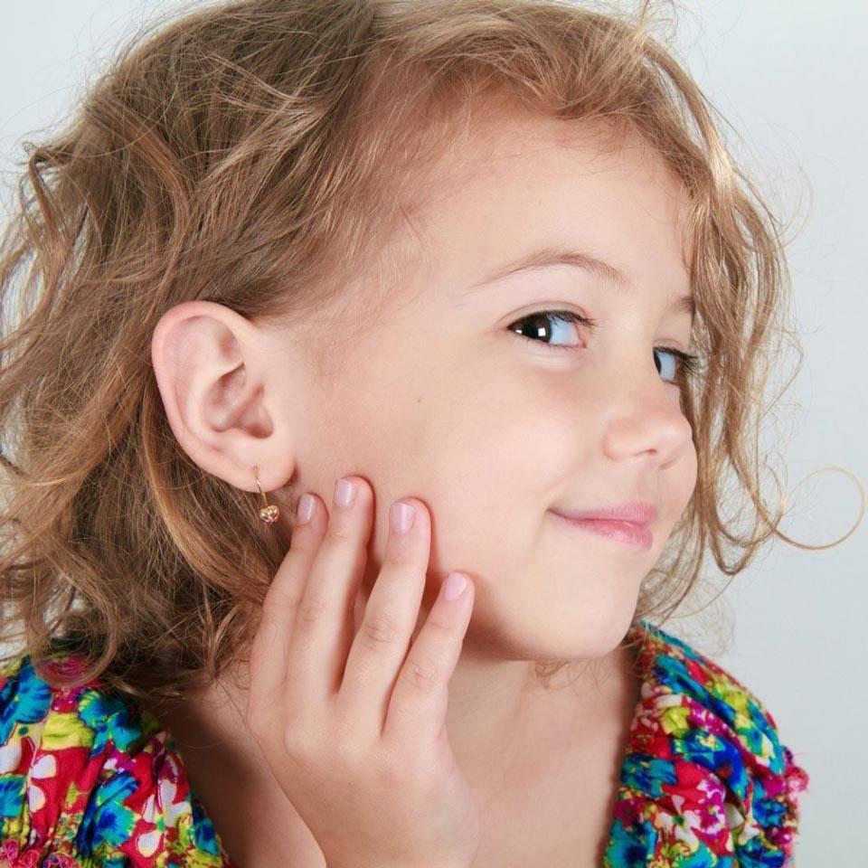 Когда лучше прокалывать уши ребенку: когда и в каком возрасте можно проколоть девочке