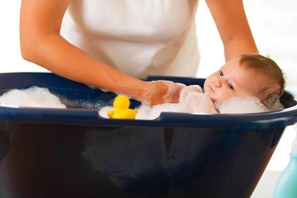 Полезные советы родителям — при какой температуре воды надо купать новорожденного ребенка?