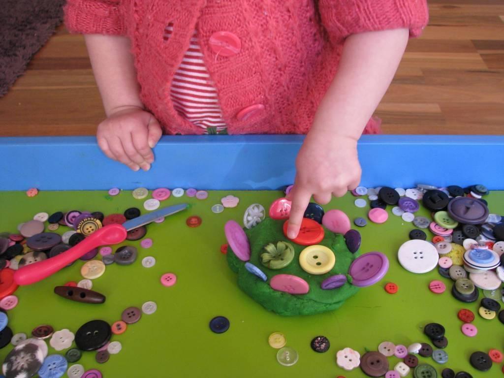 Игры с крупами (манкой, рисом, фасолью) для развития мелкой моторики — рассмотрим в общих чертах