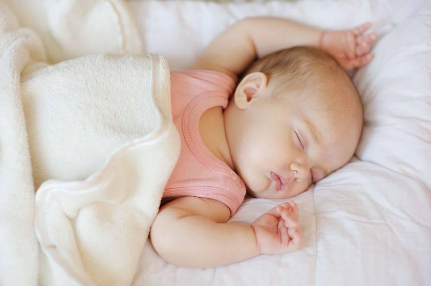Если новорождённый спит мало: причины и решение проблемы