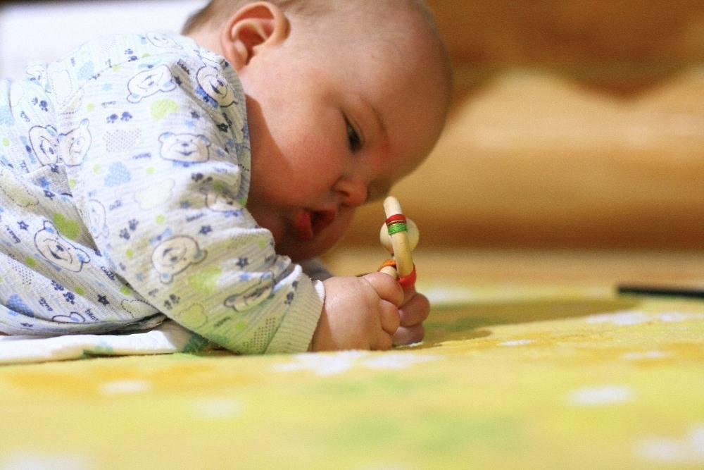 Игры с ребенком 8 месяцев ?: как развивать малыша, какие игрушки нужны?