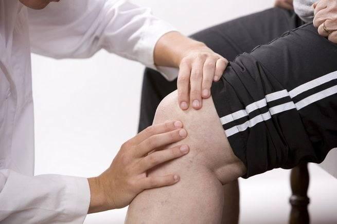 Болит колено — к какому врачу обратиться?