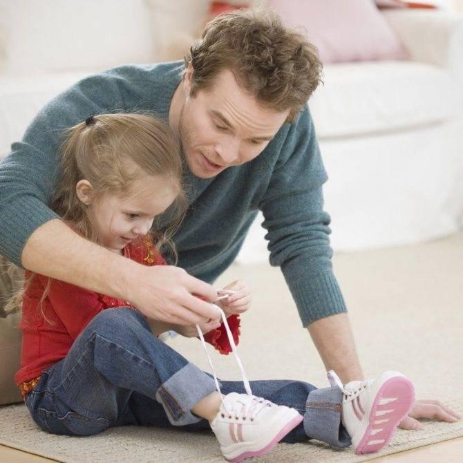 Как научиться завязывать шнурки детям легким способом