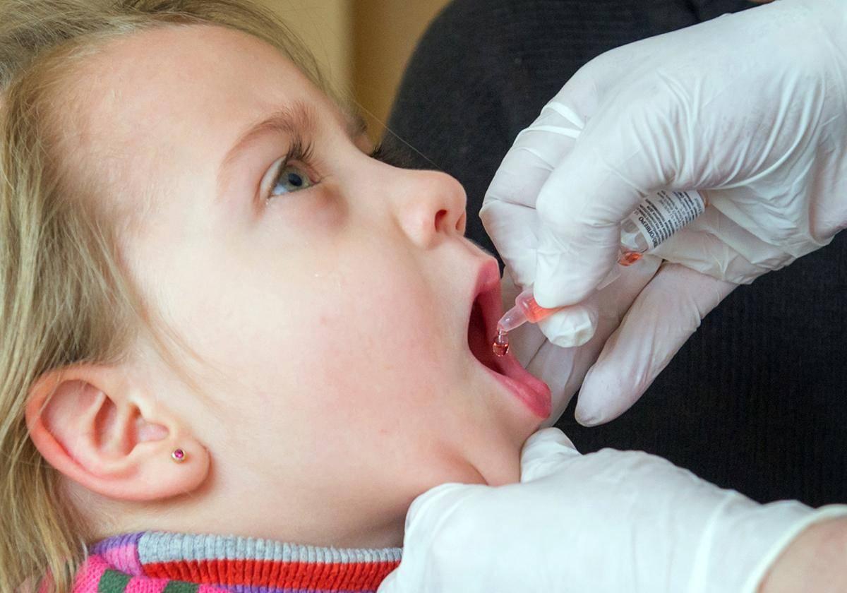 Как передается полиомиелит и можно ли заразиться от ребенка привитого живой вакциной
