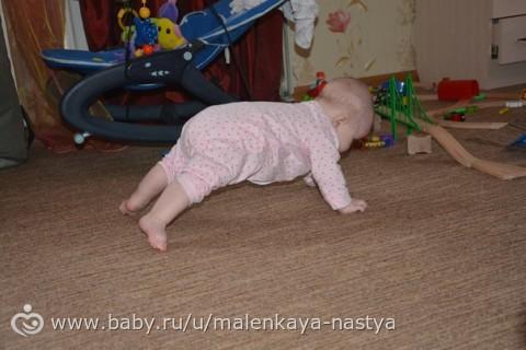 С какого возраста ребенок начинает ползать и какие упражнения этому способствуют?